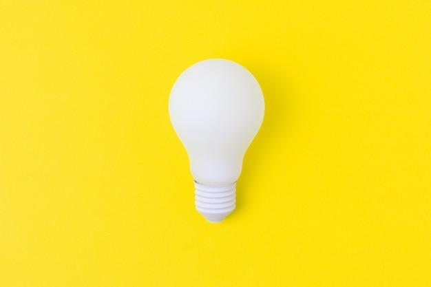 Ampoule blanche sur fond jaune Photo Premium