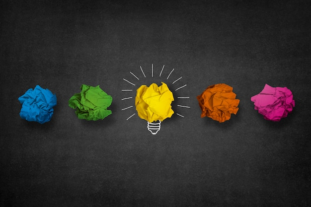 Ampoule fait à partir d'une boule de papier jaune Photo gratuit