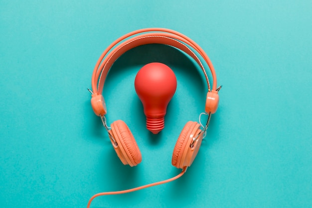 Ampoule rouge et casque orange Photo gratuit