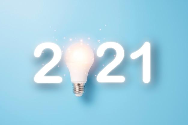 Ampoule Rougeoyante Pour 2021 Joyeux Noël Et Bonne Année. Concept D'idée De Départ. Photo Premium