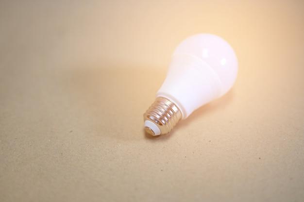 Ampoules blanches placées sur du papier brun Photo Premium