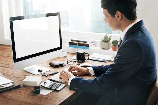 Analyse de la comptabilité concept d'espace de travail pour appareils numériques Photo Premium