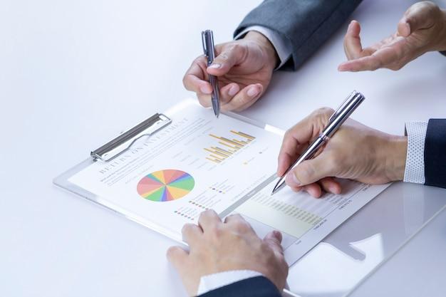 Analyse des états financiers pour un retour sur investissement Photo Premium