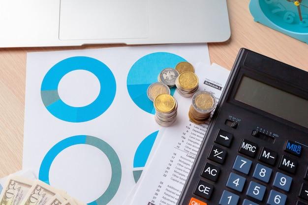 Analyse des graphiques boursiers de comptabilité financière se bouchent Photo Premium