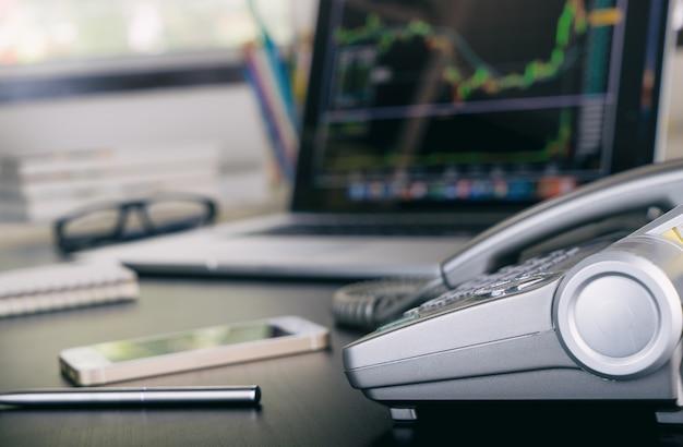 Analyseur d'actions financières sur écran d'ordinateur au bureau Photo Premium