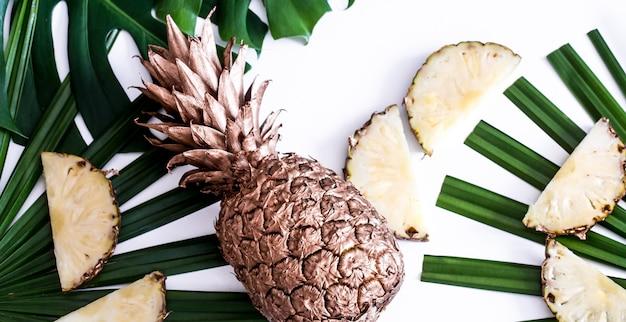 Ananas Aux Feuilles Tropicales Sur Fond Blanc Photo gratuit