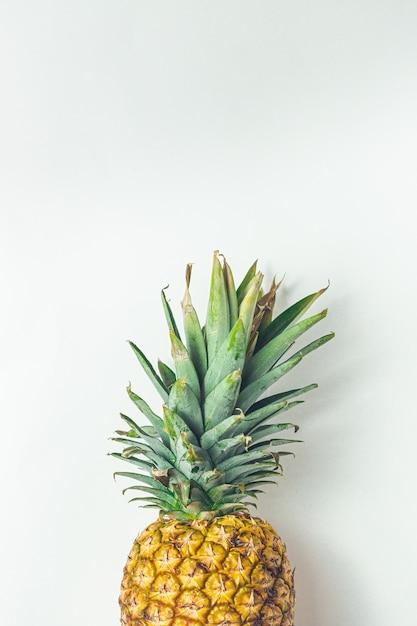 Ananas frais juteux jaune sur gris Photo Premium