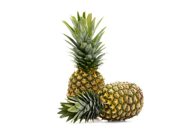 Ananas Isolé Sur Un Blanc Photo Premium