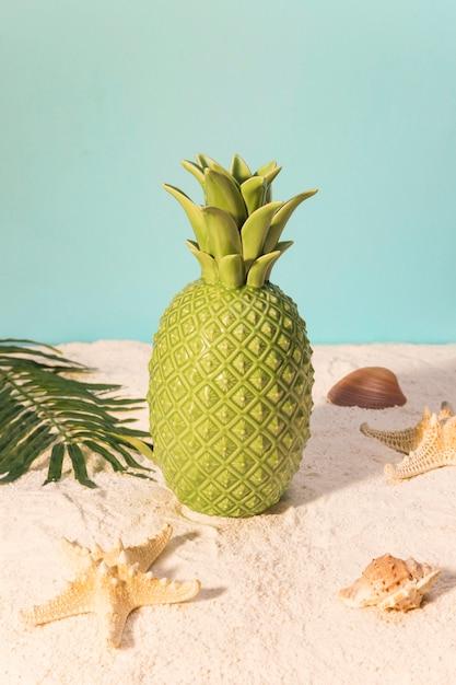 Ananas jouet sur la plage Photo gratuit