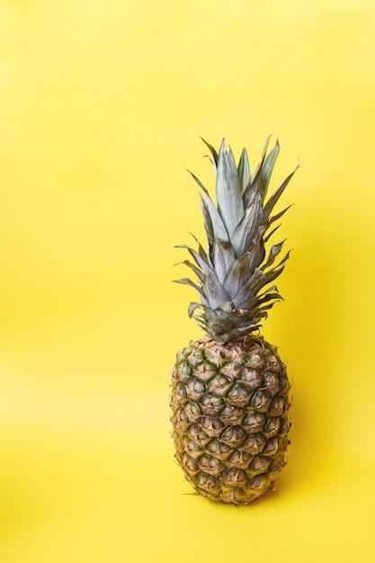 Ananas mûrs sur fond jaune Photo Premium
