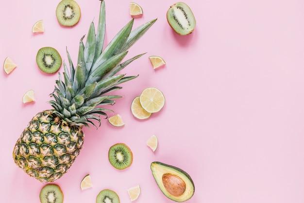 Ananas près de fruits assortis Photo gratuit