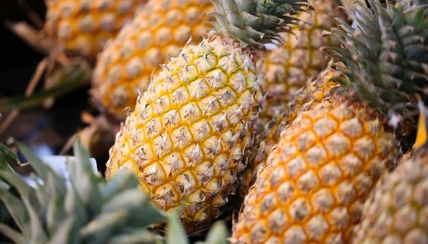 Ananas à vendre sur le marché. Photo Premium