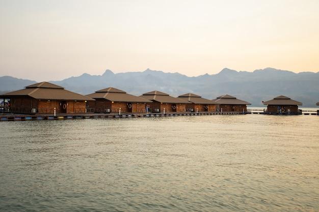 Ananta river hills resort est un endroit célèbre pour la famille en vacances Photo Premium