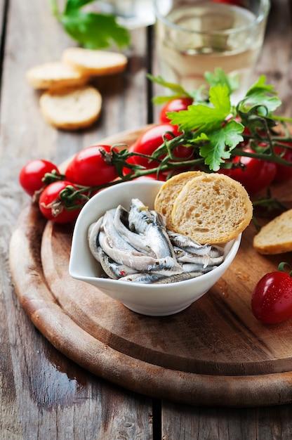 Anchois Traditionnel Italien Avec Pain Et Tomate Photo Premium