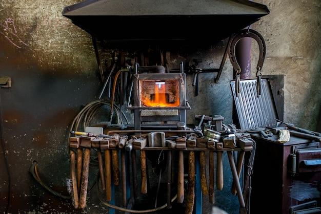 Ancien Atelier De Forgeron. Photo Premium