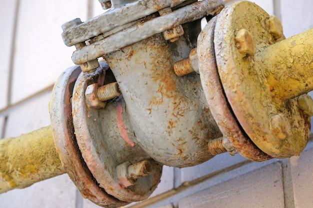 Ancien équipement de pipeline pour l'approvisionnement en gaz naturel Photo Premium