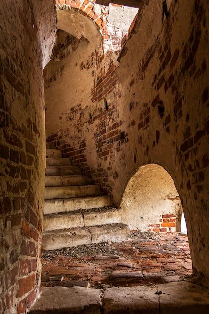 Ancien Escalier En Brique Dans Le Clocher. Photo Premium