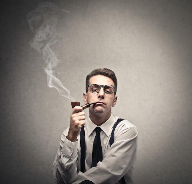 Ancien homme fumant une pipe Photo Premium