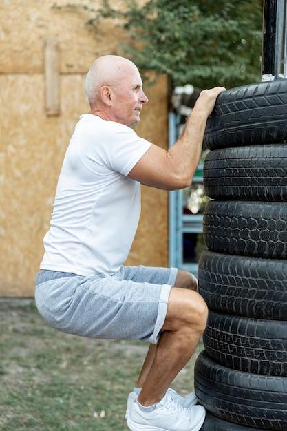 Ancien Homme Pratiquant L'endurance à L'extérieur Photo gratuit