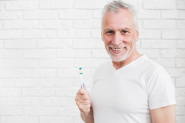 Ancien homme se lavant les dents Photo gratuit
