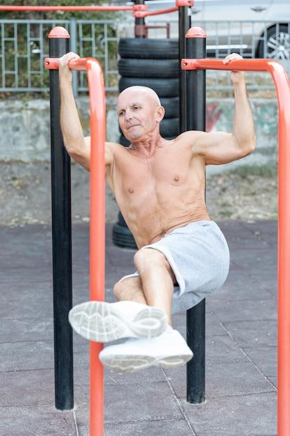 Ancien Homme Travaillant à L'extérieur Photo gratuit