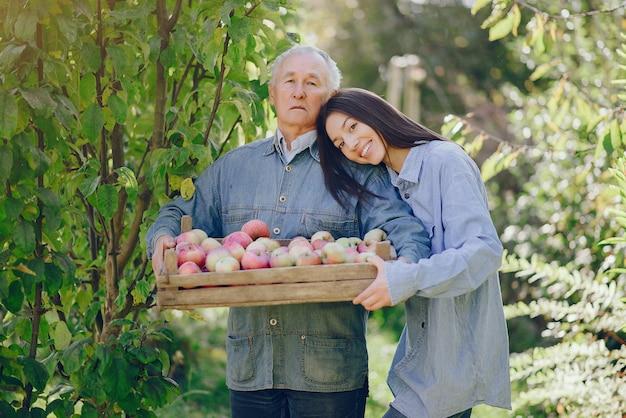 Ancien Senior Debout Dans Un Jardin D'été Avec Récolte Photo gratuit