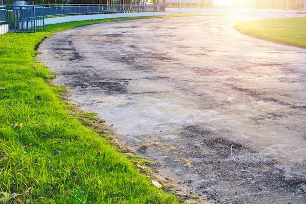 Ancien Sentier Et Belle Piste D'arbres Pour La Course Ou La Marche Et Le Vélo Se Détendre Dans Le Parc. Photo Premium