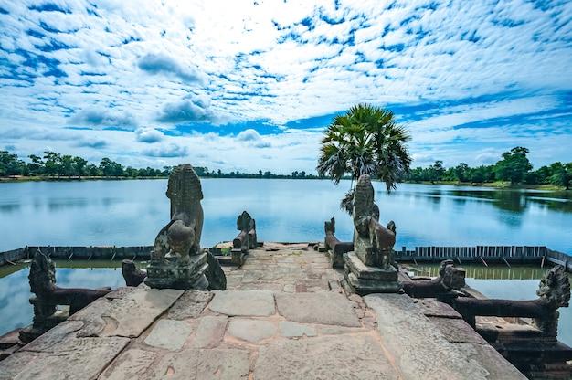 Ancien temple khmer bouddhiste à angkor wat, au cambodge. Photo Premium