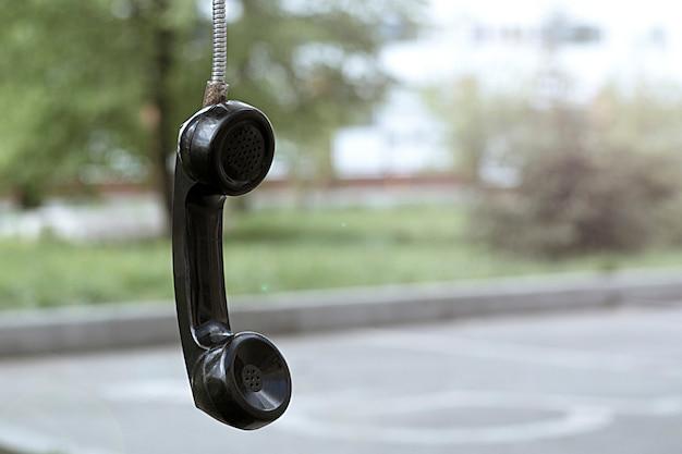 Ancien tube de téléphone. vintage et rétro. cabine téléphonique dans le parc. Photo Premium