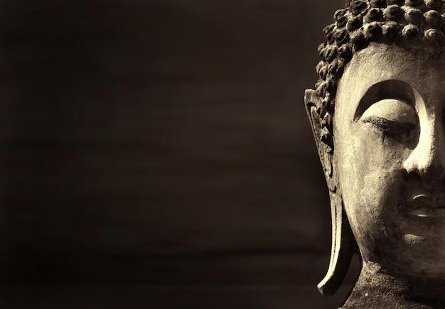 Ancien visage de bouddha, ayutthaya, thaïlande. fond avec fond Photo Premium