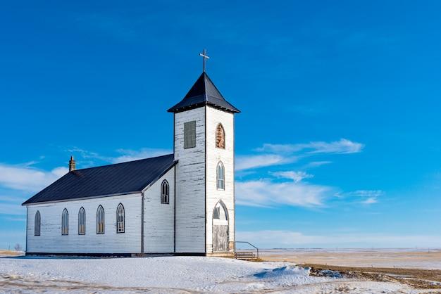 L'ancienne Et Abandonnée église Catholique Romaine De La Mission St. Elizabeth à L'extérieur De Gravelbourg, Sk, Canada Photo Premium