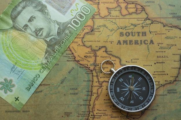 Ancienne carte de l'amérique du sud avec de l'argent chilien et une boussole, Photo Premium