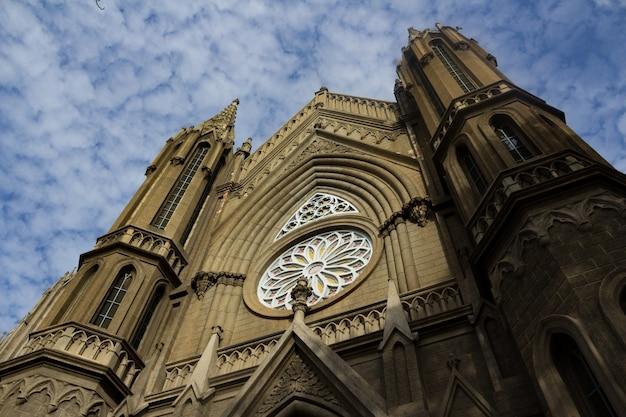 Ancienne église avec le ciel en arrière-plan Photo gratuit
