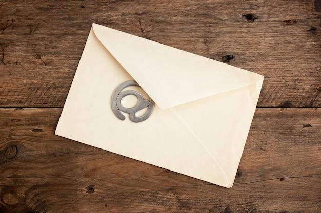 Ancienne Enveloppe Postale Et Signer L'e-mail Sur Un Fond En Bois Photo Premium