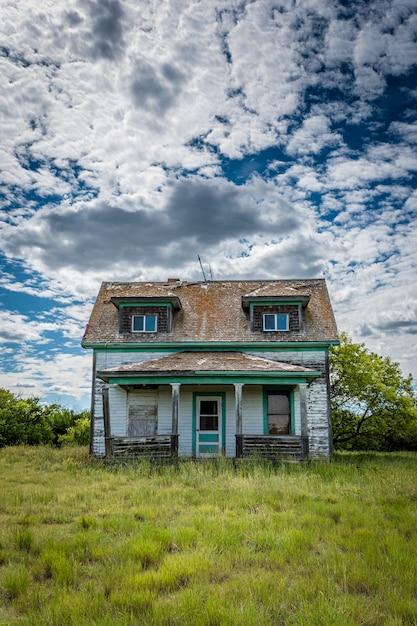 Ancienne Ferme Des Prairies Abandonnée Avec Des Arbres Photo Premium
