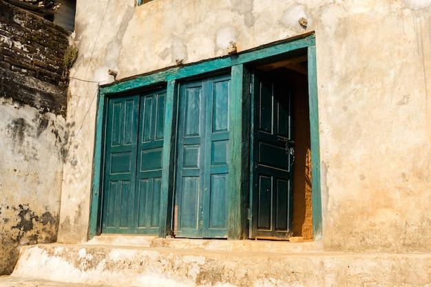 Ancienne porte en bois dans le vieux mur de pierre Photo Premium