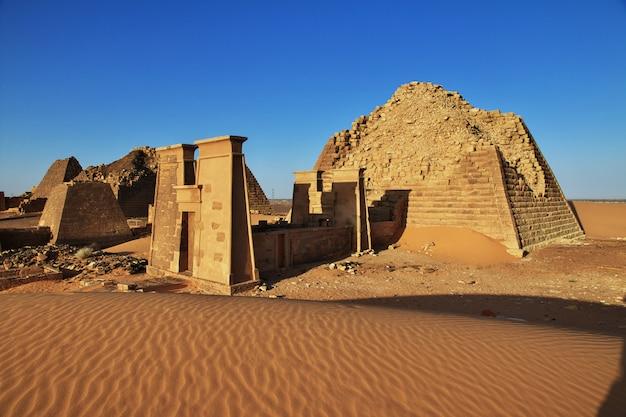 Les anciennes pyramides de méroé dans le désert du soudan Photo Premium