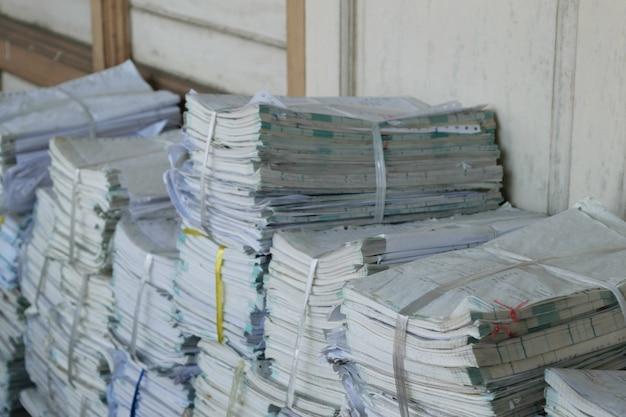 Les anciens fichiers s'empilent dans un ordre désordonné. Photo Premium