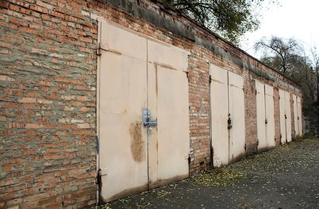 Anciens garages abandonnés Photo Premium