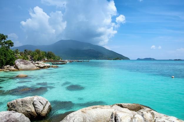 Andaman belle mer de cristal avec pierre de récif Photo Premium
