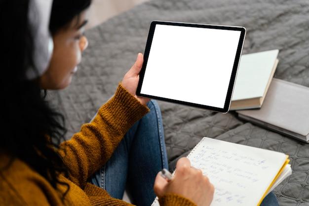Angle élevé D'adolescente à L'aide De Tablette Pour L'école En Ligne Photo gratuit