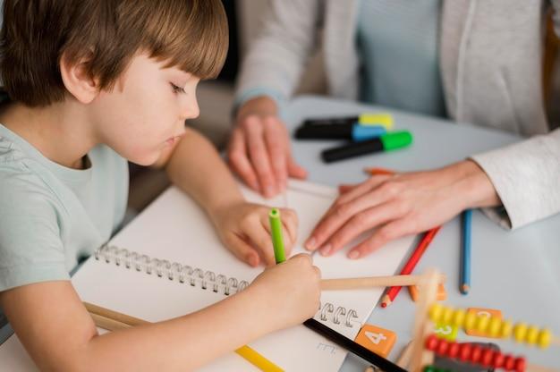 Angle élevé D'apprentissage De L'enfant à La Maison Photo gratuit