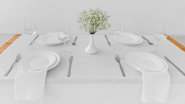 Angle élevé D'assiettes Blanches Sur Table Avec Espace Copie Photo gratuit