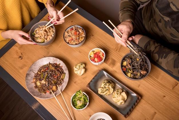 Angle élevé d'assortiment de plats asiatiques sur table Photo gratuit