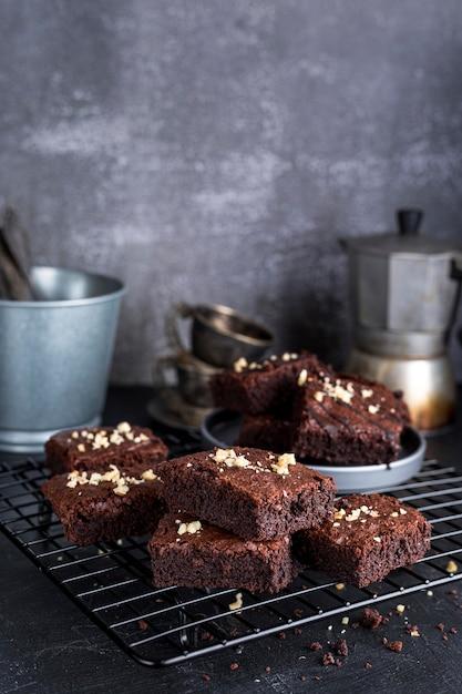 Angle élevé De Brownies Sur Une Grille De Refroidissement Avec Bouilloire Photo gratuit