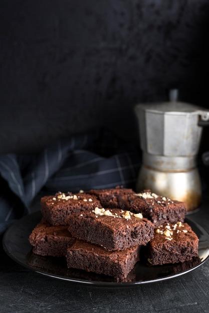 Angle élevé De Brownies Sur Plaque Avec Bouilloire Et Espace Copie Photo gratuit