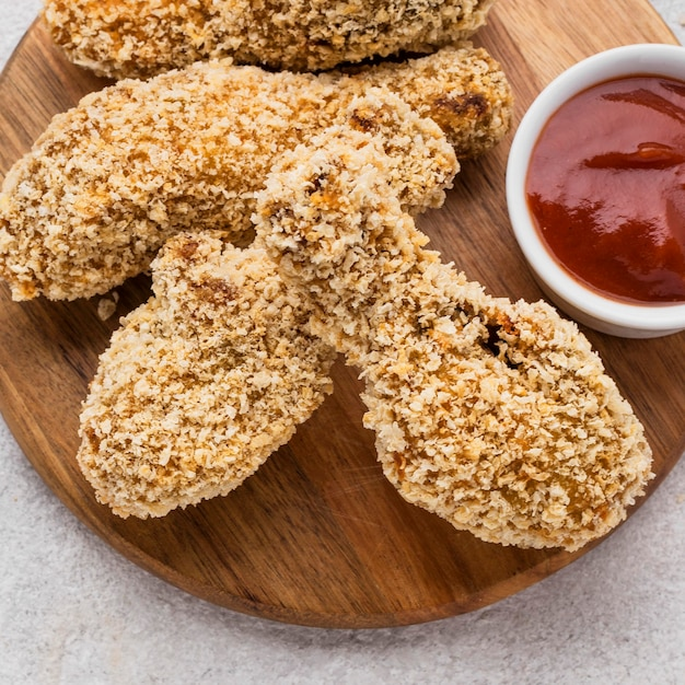 Angle élevé De Cuisses De Poulet Frit Avec Sauce Photo gratuit
