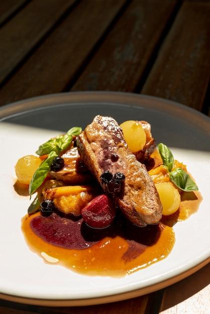 Angle élevé de délicieux plats italiens sur une table en bois Photo gratuit