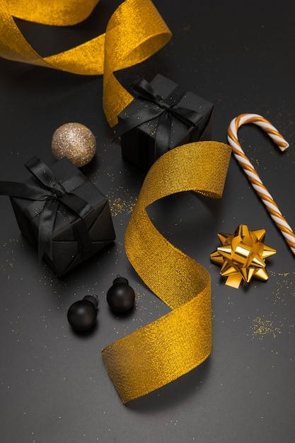Angle élevé D'ornements De Noël Avec Ruban D'or Et Cadeaux Photo gratuit