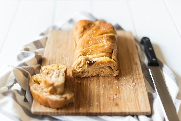 Angle élevé de pain sur hachoir sur table en bois Photo gratuit